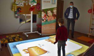 Przedszkolaki z Gaworzyc ćwiczą na nowoczesnym sprzęcie