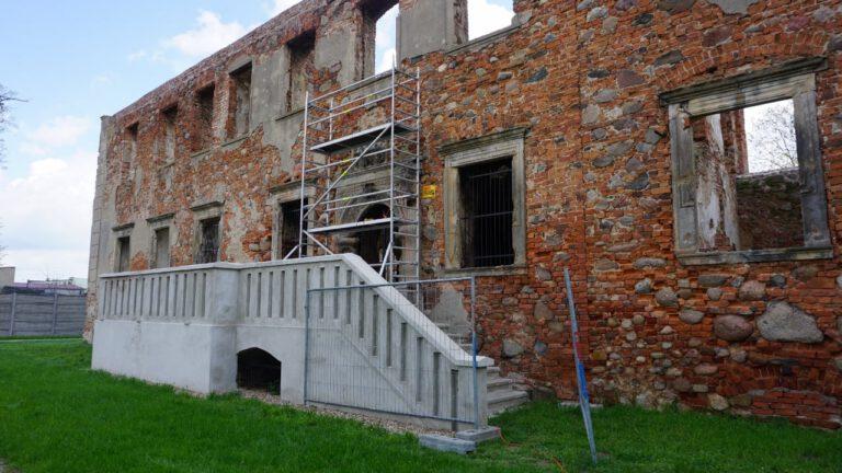 Ruszyła renowacja barkowego portalu w Grębocicach